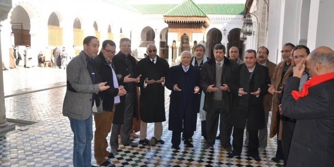 """قياديون في """"تيار لا هوادة"""" يقرؤون الفاتحة في مسجد القرويين بفاس."""