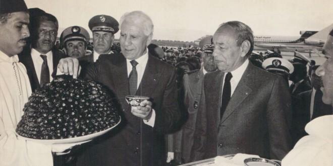 الرئيس الجزائري الشاذلي بن جديد في ضيافة الملك الحسن الثاني، حيث أخذت العلاقات المغربية الجزائرية اتجاها تصالحيا سحريا.