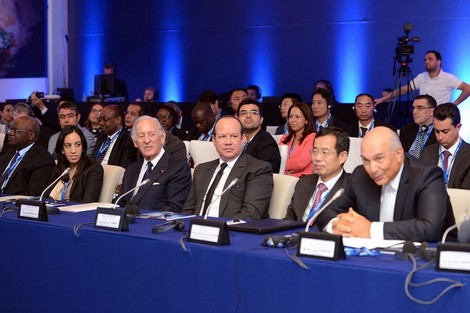 لأول مرة، المستشار فؤاد الهمة في مجلس اقتصادي يؤهل بنك عثمان بن جلون لمباشرة دور ضخم في مستقبل المغرب، وأقصى اليمين بجانب السفير الصيني مصطفى التراب.