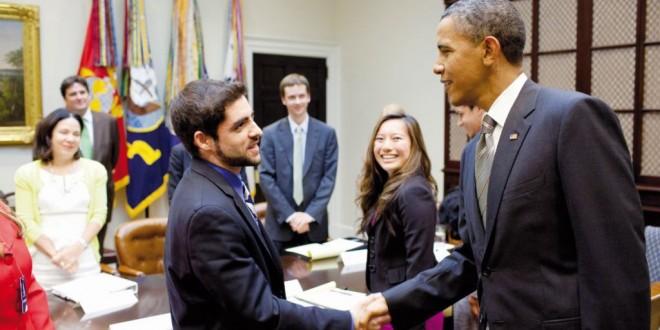 """الشاب الأمريكي """"صام"""" الذي يسعى لتكوين قادة التغيير في العالم وهو في ضيافة الرئيس الأمريكي أوباما، والرئيس السابق بيل كلنتون (في الإطار).. يوجد حاليا في مهمة داخل المغرب لتكوين مجموعة من الشباب(..)"""