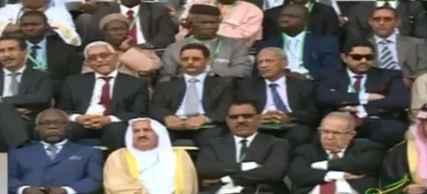 صورة الحفل ويظهر المندوب الجزائري أسفل إلى اليمين