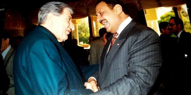 الصحفي رمزي صوفيا أثناء لقائه مع الأمير خالد بن سلطان في إحدى المناسبات