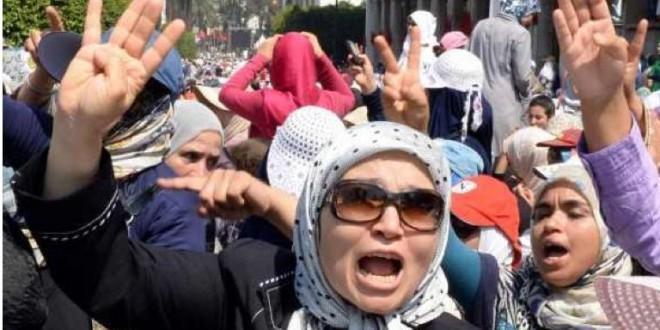 زوجة رئيس الحكومة بن كيران ترفع علامة رابعة خلال مظاهرة في الرباط مؤيدة للرئيس المصري المعزول مرسي