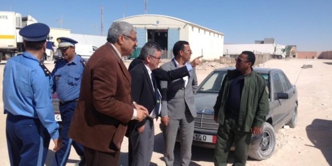 الوفد الجمركي وسط سيارات الصحراويين بمحجز الجمارك
