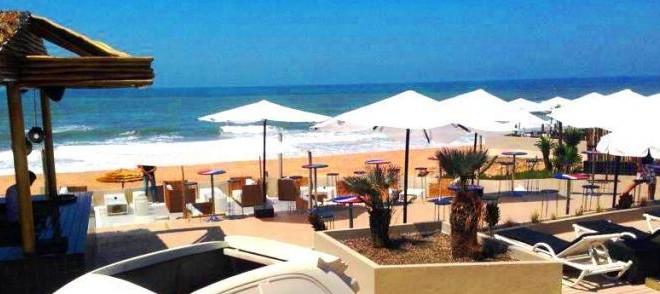 الجلوس على الرمال أصبح بالأداء، تلك حقيقة تجسدت في الشواطئ العمومية، لأن احتلال مساحات كبيرة، يجعل استغلالها يمر عبر أداء ثمن الطاولة والمشروب والمظلة والكراسي