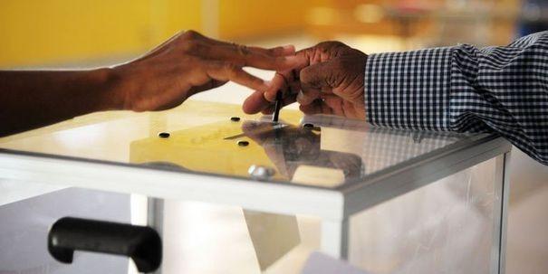 344301_une-femme-insere-son-bulletin-dans-l-urne-dans-un-bureau-de-vote-a-case-pilot-en-martinique-le-16-juin-2012