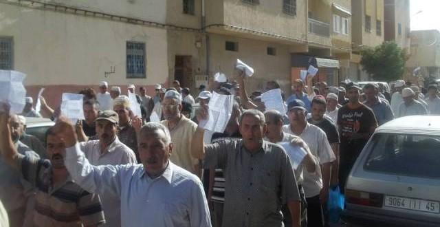صورة للمحتجين و هم يجوبون شوارع المدينة تنديدا بغلاء الفواتير
