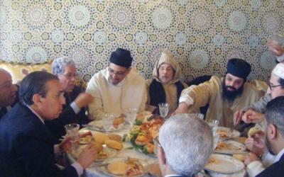الصورة من اليمين إلى اليسار: الحدوشي، وكمال إبراهيم، وأبو حفص، واليازغي بمنزل الشيخ حسن الكتاني حول قصعة كسكس