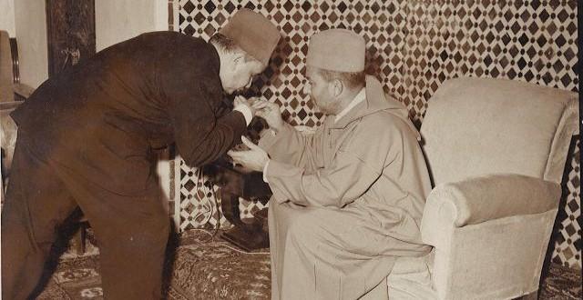"""صورة من أرشيف """"الأسبوع"""" يظهر فيها علال الفاسي و هو يقبل يد محمد الخامس"""