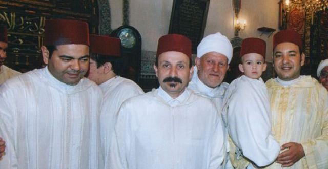 تبعا لتقاليد المغرب الإسلامية، الملك محمد السادس ختن ولي عهده مولاي الحسن داخل ضريح مولاي إدريس