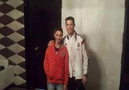 صورة لابن رئيس الجامعة مع كريستيانو رونالدو بأحد فنادق الرباط