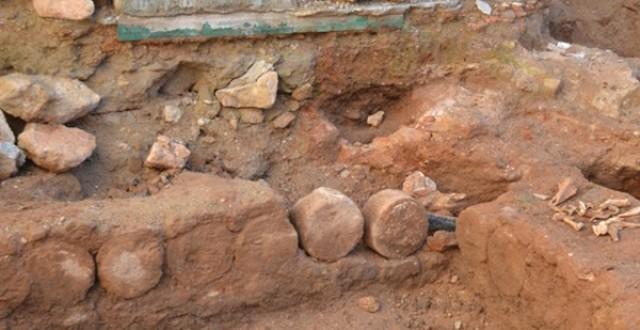 """بقايا قنوات مياه وحجر منجور وأعمدة مقطعة وعظام.. اكتشافات بصحن مسجد """"ولد الحمراء"""""""