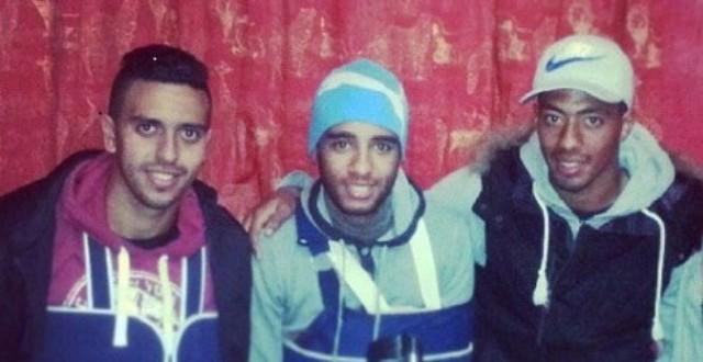 الضحية مصطفى حسني يتوسط لاعبي الوداد الهجهوج وحبان