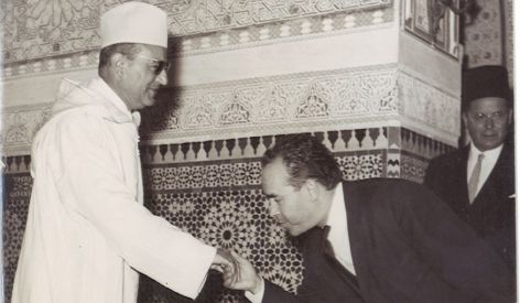المهدي بن بركة يقبل يد محمد الخامس (صورة خاصة بالأسبوع)