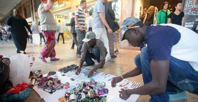 الأفارقة أصبحوا ينافسون المغاربة على جنبات الشوارع لبسط سلعهم
