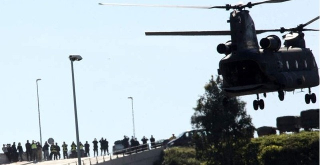 مروحية للجيش الإسباني و هي تقوم بنقل المتهمين من سبتة إلى مدريد