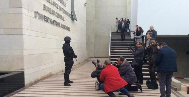 صحافيون يلتقطون بإعجاب كبير صورا لأحد أعضاء الفرقة الخاصة التابعة للمكتب المركزي للتحقيقات القضائية