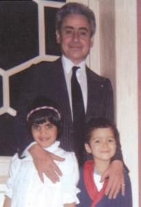 عبد الفتاح فرج، في صورة قديمة بالقصر الملكي عندما كان يتبنى حسن وخديجة الواقفين معه