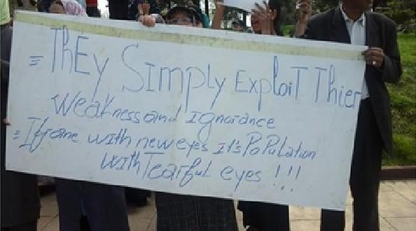 جانب من الوقفة الاحتجاجية ، لافتة يحملها محتجون أمام عمالة إقليم إفران، تثير انتباه السياح الأجانب ، و دون أن يفطن إليها المسئولون.