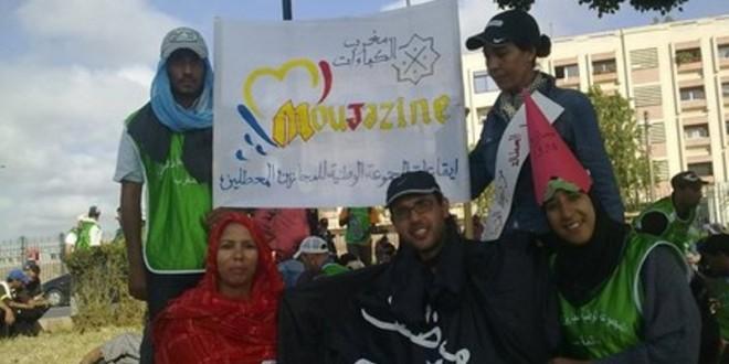 """بعض المعطلين في وقفة احتجاجية وهم يرفعون شعار """"الموظف الشبح"""""""