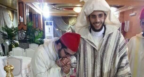 الشيخ الذي يقبل يد الشيخ الصمدي هو الذي يأمر الناس بتقبيلها