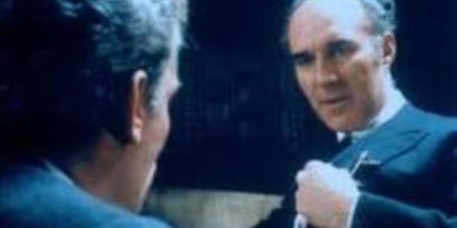"""ميشيل بيكولي في فيلم """"لاطانطا"""" يمثل دور الجنرال أوفقير، وبنبركة معتقل إلى اليسار يقول لأوفقير: إنك قوي.. وسيظهر من هو أقوى منك."""