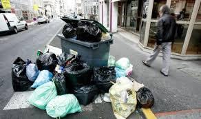 صورة الأزبال متراكمة في الشارع