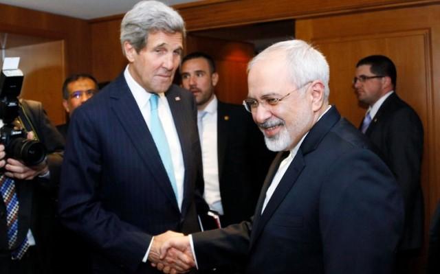 """محمد جواد ظريف وزير الخارجية الإيراني الذي يوصف بالمفاوض النووي البشوش رفقة """"جون كيري"""" وزير خارجية أمريكا"""