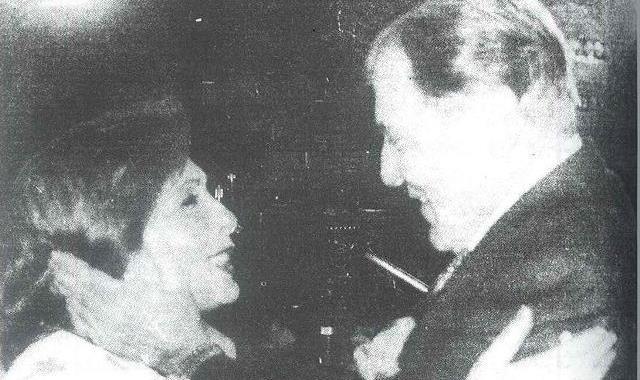 الصحفي رمزي صوفيا يسلم على الفنانة ماجدة الخطيب بعد طول غياب