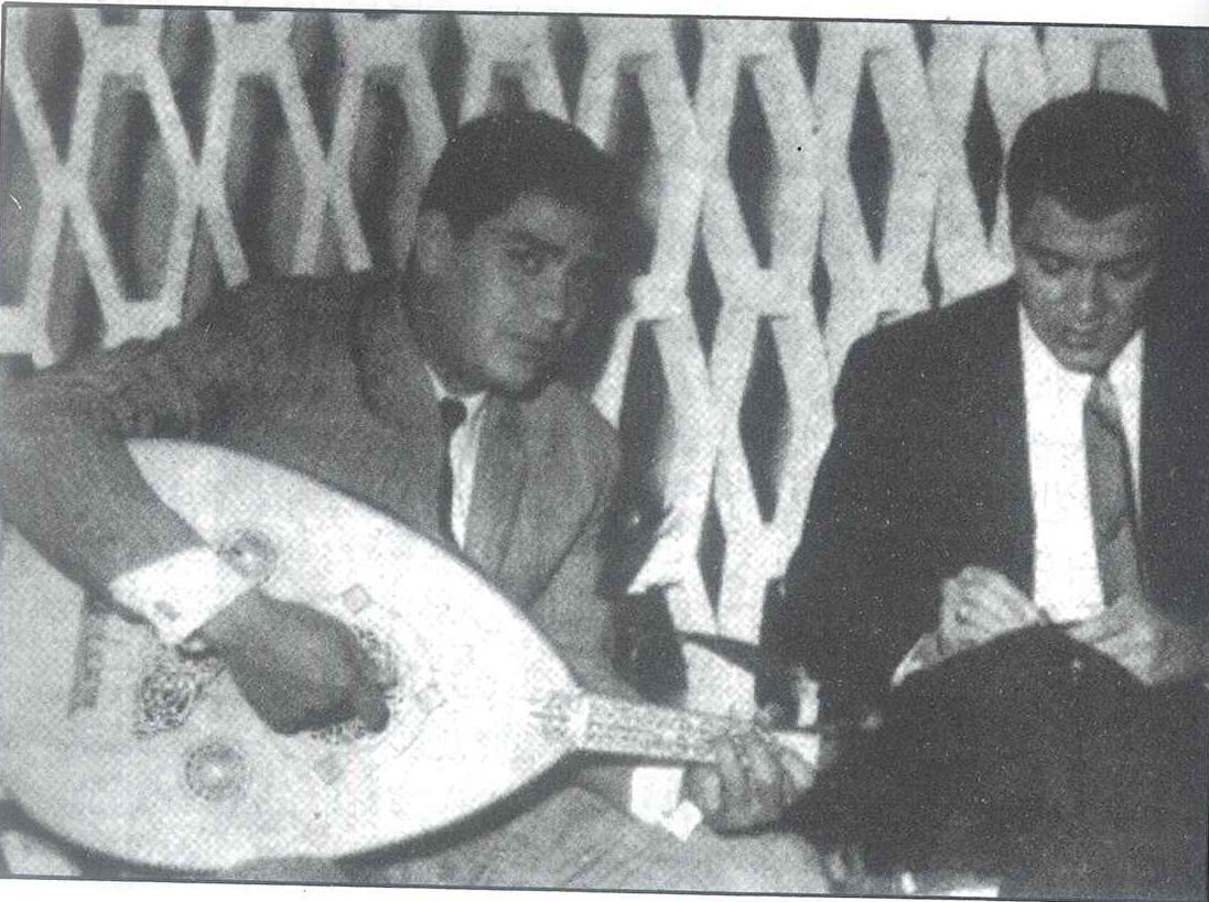 محرم فؤاد يعزف ويغني ورمزي صوفيا يستمع ويكتب