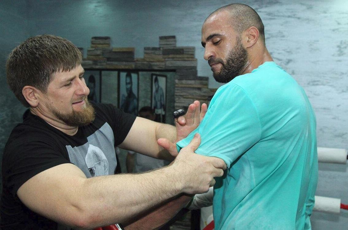 البطل العالمي المغربي بدر هاري رفقة رئيس الشيشان في لقاء أكثر من ودي