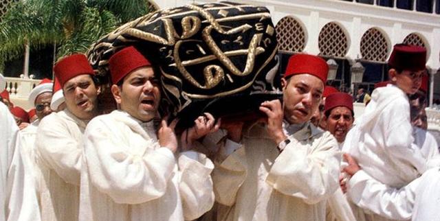 لحظة تشييع جنازة الراحل الحسن الثاني
