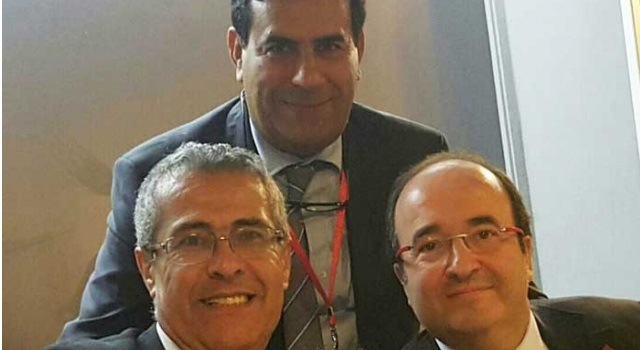 محمد بنعبد القادر رئيس الوفد الحزبي المغربي (الاتحاد الاشتراكي) يتوسط (واقفا) محمد الدريسي السكرتير الإقليمي للاتحاد الاشتراكي بإسبانيا (يسارا) وميغيل ليسيتا السكرتير العام للحزب الاشتراكي الكطلاني