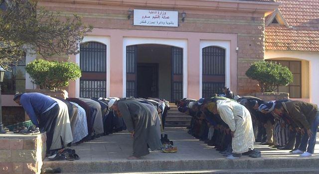 الصلاة بباب الباشوية للحد من ظلم غلاء فواتير الماء