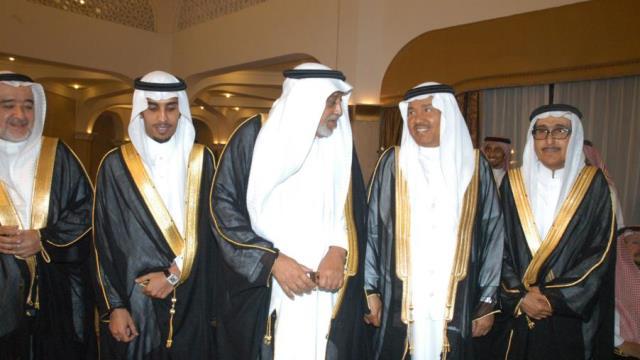 حسين العمودي (وسط الصورة)