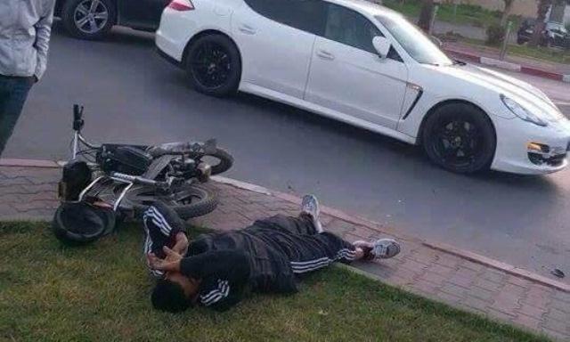 """Photo of أحد أبناء الشخصيات النافذة يثير الرعب بدهسه للمواطنين بسيارته """"بورش"""""""