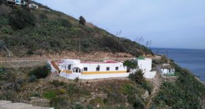 """منزل """"أبو العباس"""" وبجانبه المسجد الذي كان يتخذه لإمامة الناس وتدريس الطلبة كما هو في الصورة"""