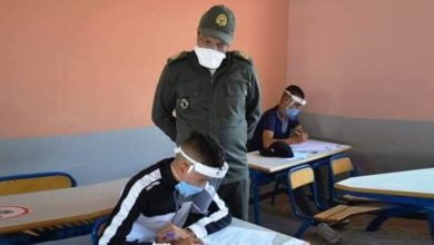 Photo of القائد بالزي العسكري يراقب المترشحين لاجتياز امتحان البكالوريا