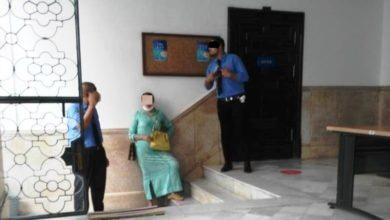 """Photo of """"سيكيوريتي"""" المكلف بمراقبة حرارة المواطنين وإلزامهم بالوقاية والتباعد بدون كمامة"""